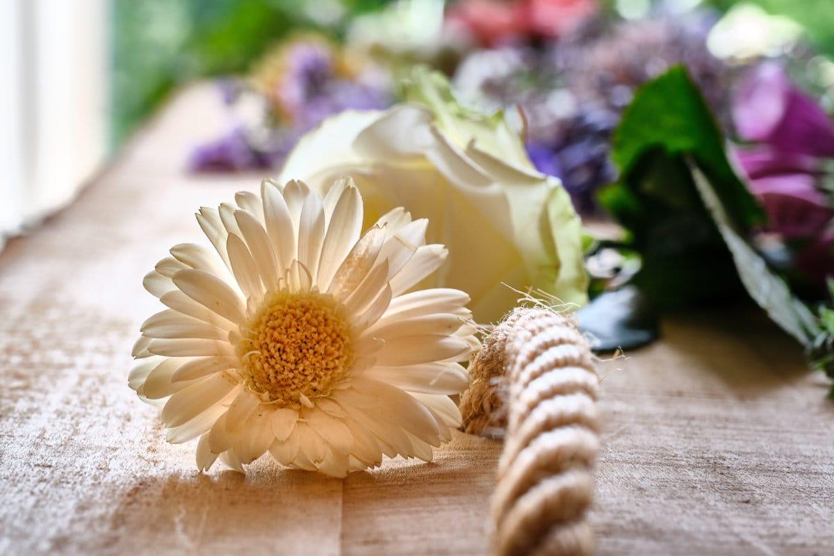 Afscheidsfotografie, natuurkist met bloemen